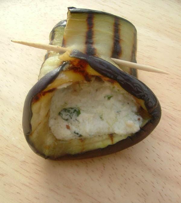 Tapitas de berenjenas rellenas de pesto y requesón vegetal